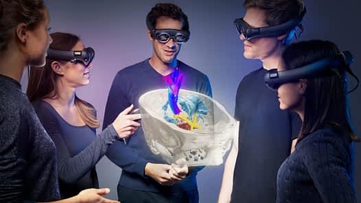 Ärzte mit VR-Brillen im OP